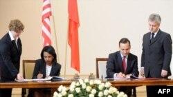 معاهده سپر دفاع ضد موشکی در ورشو توسط کاندوليزا رايس و رادوسلاو سيکورسکی، وزيران امور خارجه آمريکا و لهستان به امضا رسيد.(عکس: AFP)