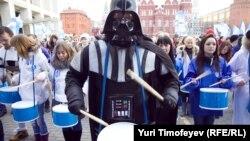 """Tineri din organizaţia """"Oţelul"""", la o demonstraţie în sprijinul partidului puterii Rusia Unită, în Piaţa Roşie din Moscova"""