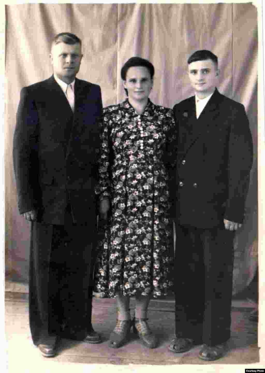 Ivan Ostaficiuc cu părinții, după absolvirea clasei a 9-a. Goleni, circa 1960