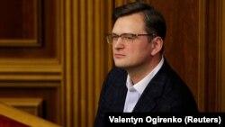 Дмитро Кулеба закликав усіх громадян України, які зараз перебувають в Ухані і хочуть виїхати, звертатися до посольства України в Китаї, «яке зводитиме остаточний список»