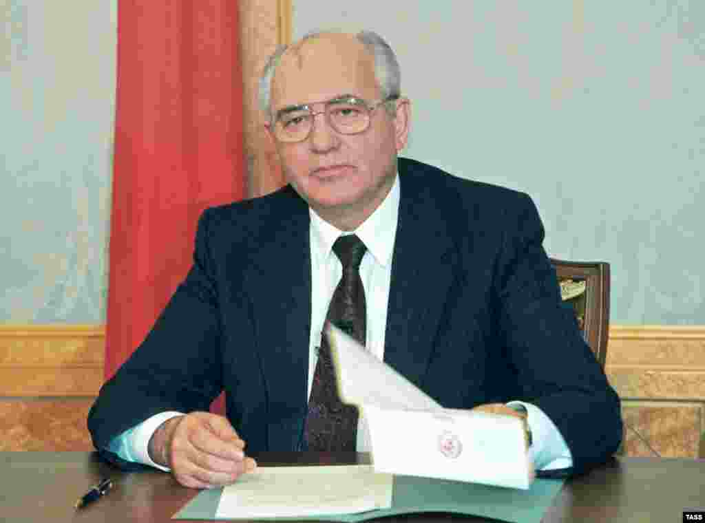 December 1991: Gorbachev resigns as president of a country that has ceased to exist. The 1990 Nobel Peace Prize winner, always more popular with the Western public than his own, believed in communism to the end, but the reforms he set rolling ended up spinning out of his control.