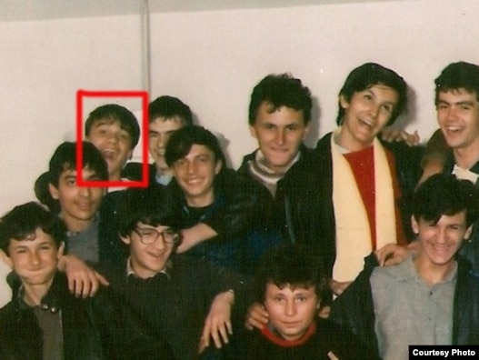 Vedad Porobić na školskoj fotografiji, označen crvenim kvadratom, fotografija iz porodičnog albuma