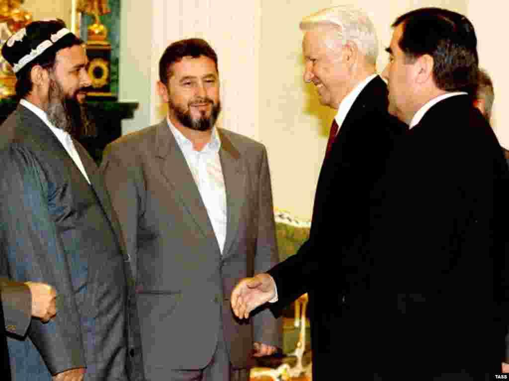 """Тәжікстан оппозициясының жетекшісі, """"Исламдық жаңғыру"""" партиясының басшысы Саид Абдулло Нури (сол жақта), Ресей президенті Борис Ельцин (оң жақтан - екінші) және Тәжікстан президенті Эмомали Рахмон (оң жақта). Мәскеу. 27 маусым, 1997 жыл."""