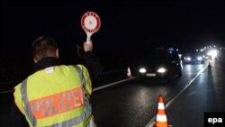 Փախստականների հոսքի կապակցությամբ Գերմանիայի ոստիկանությունը ստուգում է A8 մայրուղով Ավստրիայից մուտք գործող ավտոմեքենաները, Բադ Ռայխենհալ, 14-ը սեպտեմբերի, 2015թ.