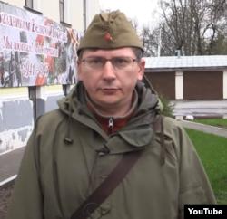Максим Кормушкин, присвоивший памятную доску, позирует в форме красноармейца