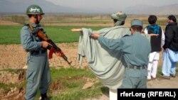 Ауғанстан полициясы азаматтарды тексеріп жатыр. 10 наурыз 2013 жыл. (Көрнекі сурет)