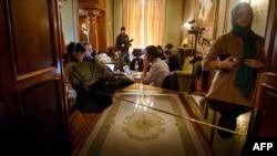 Журналисты ожидают окончания переговоров в Лозанне между мировыми державами и Тегераном, 31 марта 2015 года.