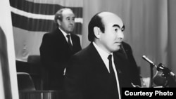 Аскар Акаев (на переднем плане) и Абсамат Масалиев. 1990 год.