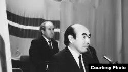 Аскар Акаев өлкө президенттигине шайланган алгачкы шайлоодон кийин, 27-октябрь, 1990-жыл.