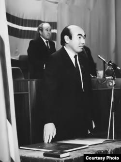 Аскар Акаев Кыргызстандын президенти катары биринчи жолу ант берүүдө. 1990жылдын 27-октябры.