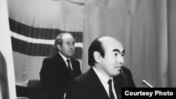 Туңгуч президент А.Акаев (алдыда) жана А.Масалиев. 1990.