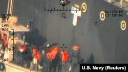 აშშ-ის სამხედრო ვერტმფრენიდან გადაღებული ფოტო, რომელიც, პენტაგონის ინფორმაციით, გადაღებულია 13 ივნისს ომანის ყურეში. პენტაგონის თანახმად, სურათზე ჩანს, როგორ ხსნიან აუფეთქებელ ნაღმს იაპონიის კუთვნილი ტანკერიდან. აშშ ირანს ადანაშაულებს ომანის ყურეში ტანკერებზე თავდასხმაში