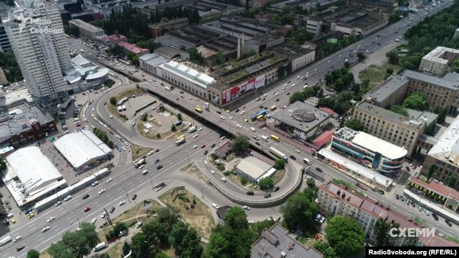 «Схеми» тоді розповіли, що конкурс на обрання підрядника будівництва Шулявської розв'язки провели з численними порушеннями