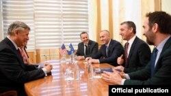 Foto nga takimi i Kryetarit të Kuvendit,Kadri Veseli dhe kryeministrit, Ramush Haradinaj me Ambasadorin e SHBA-ve, Philip Kosnett.