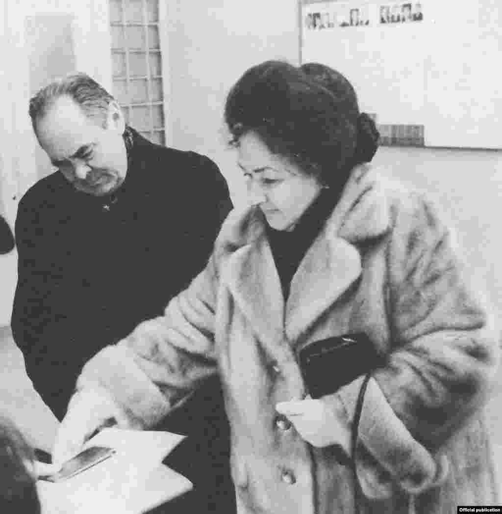1990 елның 4 мартында РСФСР Югары Советы сайлана. Русия парламентына Татарстаннан 25 вәкил китә. Бу фотода ирле-хатынлы Шәймиевләрнең тавыш бирүе сурәтләнә