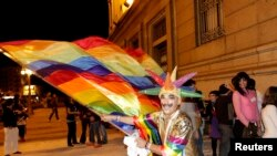 Радость у стен парламента. Монтевидео, 10 апреля 2010 года