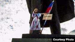 Арт-акция у памятника Ленину в Новосибирске