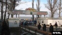 Въезд на рынок «Алтын орда» на окраине Алматы.