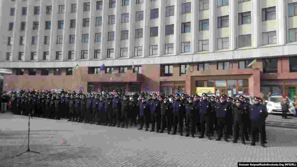 Патрульні поліцейські в Івано-Франківську складали присягу на площі перед облдержадміністрацією