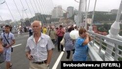 Пешеходы на мосту