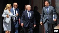 Посредникот на ОН во спорот за името Метју Нимиц во Скопје и македонскиот преговарач Васко Наумовски.