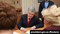 Петр Порошенко подает документы в ЦИК