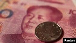 Монета од 1 јуан и банкнота од 100 јуани