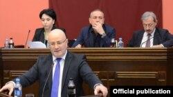 Леван Изория в ранге заместителя главы Службы госбезопасности впервые отчитывался перед депутатами трех комитетов – по юридическим вопросам, по правам человека, по обороне и безопасности