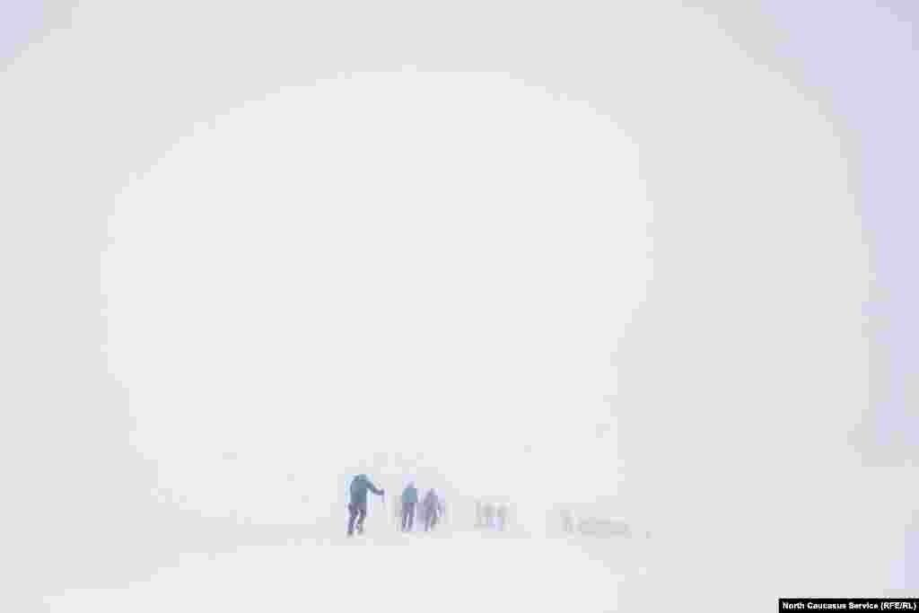 На скалах Пастухова (4600 метров) внезапно началась метель