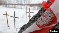 Росія – хрести на місці авіакатастрофі, в якій у 2010 році загинув колишній президент Польщі Лех Качинський і ще 95 осіб, околиця Смоленська, 10 квітня 2013 року