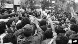 Իրանցի ուսանողները ներխուժել են ԱՄՆ դեսպանատան տարածք և պատռել ԱՄՆ դրոշը, Թեհրան, 4 նոյեմբերի, 1979թ.