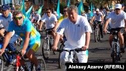 Велопробег в Алматы с участием акима города Ахметжана Есимова (в центре). 12 августа 2012 года.