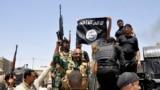 القوات العراقية تنزل راية داعش من احد المواقع التي سيطر عليها في ديالى