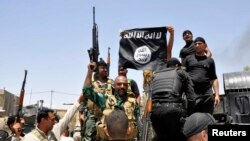 القوات العراقية تنزل علم داعش من احد المواقع