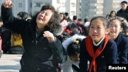 Жители КНДР оплакивают Ким Чен Ира, 19 декабря 2011 года.