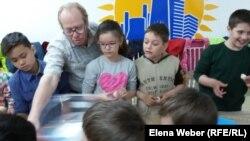 Константин Козлов показывает детям, как делать войлок. Темиртау, 28 мая 2018 года.
