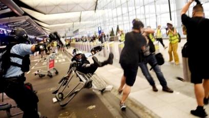 Protesti na aerodromu u Hongkongu 13. avgusta