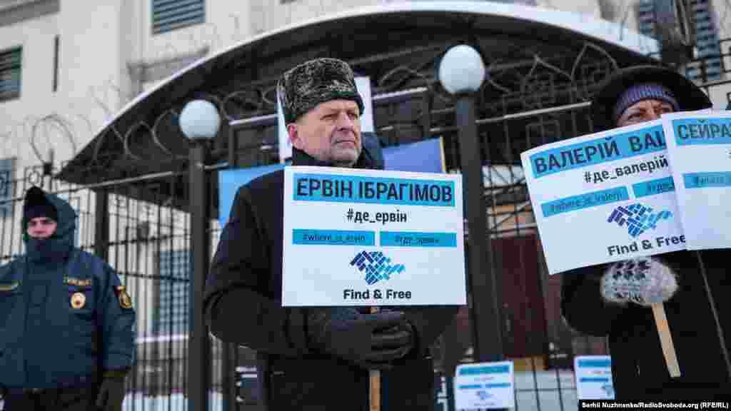 Як пояснив юрист «КримSOS» Денис Савченко, таким чином вони хотіли показати, що цікавляться долею зниклих