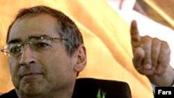 به باور آقای زيباکلام، «علت اختلاف و کدورتی که بين آنهاست، برمی گردد به لحن، گرايش و رويکردی که آقای احمدی نژاد از زمانی که رئيس جمهور شده در پيش گرفته است.» عکس از ایسنا