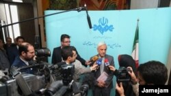 Presidential nominee Mostafa HashemiTeba speaking with reporters after his first appearance in TV.