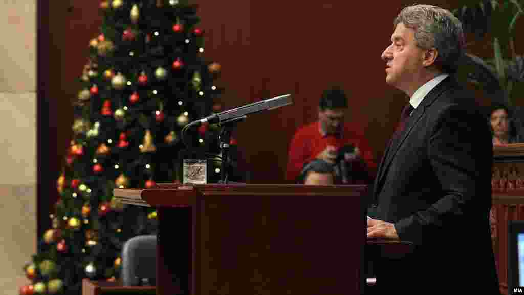 МАКЕДОНИЈА - Претседателот на Република Македонија Ѓорге Иванов во своето годишно обраќање во Собранието зборуваше за политичката криза во земјата, случувањата од 27 април, за неопходните реформи, геополитичките случувања, илегалната миграција и сајбервојувањето, за односите со седите на Македонија, прашањето за името, проблемите со загадувањето, состојбата во медиумите, законот за јазиците и за други прашања.