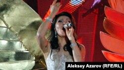 Дариға Назарбаева ән айтып тұр. Алматы, 8 қыркүйек 2012 жыл.