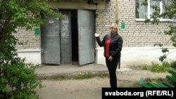 Тацяна Смоткіна каля дому, які фігуруе ўадміністрацыйнай справе