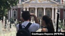 """Туристи правят снимки пред Народния театър """"Иван Вазов"""""""