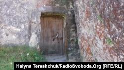 Руйнування давніх печер місцевими селянами, які у скелі облаштували підвали