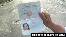 Жительница Донецка показывает «паспорт» группировки «ДНР»