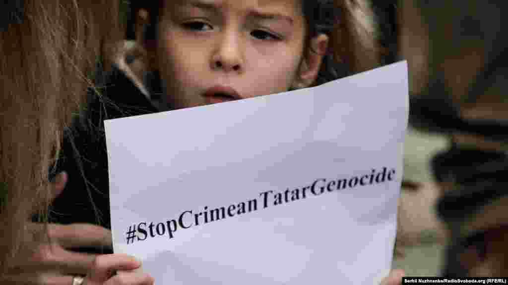 Для багатьох учасників мітингу Крим є домівкою, куди наразі не можна повернутися