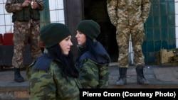 Луково, 24 февраля 2015. 19-летние сепаратистки-снайперши, близнецы Аня и Катя – стоят наготове у базы