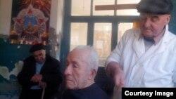 За 50 лет время вокруг парикмахерской строились дома и дороги, менялась жизнь, но старые друзья и верные клиенты по-прежнему не оставляют Автандила.Фото автора.