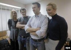 Олег и Алексей Навальные в суде с женами Викторией и Юлией